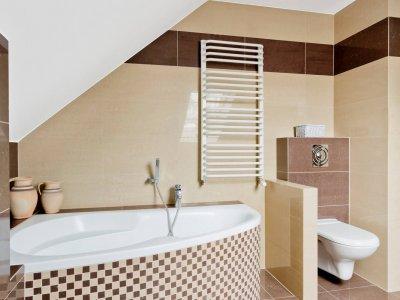 badkamer met grijze tegels te Walem volledig gerenoveerd door Serge Cleynhens