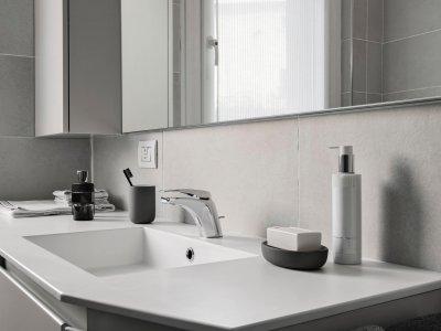 badkamerrenovatie met mooie spiegel in Terhaegen Boom