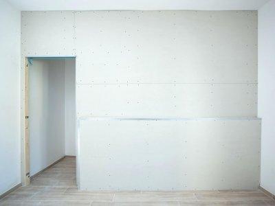 Gipsplaten voor renovatie van een kamer